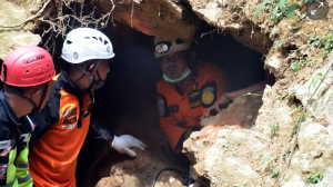 rescuers look for survivors in indonesian mie disaster